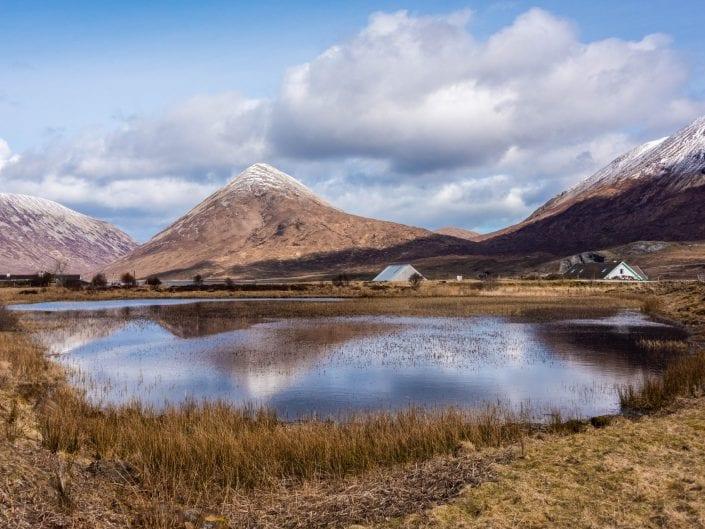 lake reflection isle of sky landscape mountain houses cabins